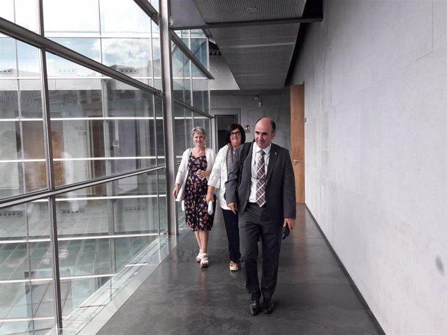 El consejero de Desarrollo Económico y Empresarial del Gobierno de Navarra, Manu Ayerdi, acompañado de PIlar Irigoyen, director gerente de Sodena, y Maitena Ezkutari, directora general de Turismo, en el Parlamento de Navarra.