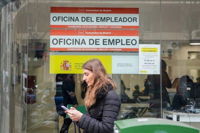 Una mujer pasea junto a una Oficina de Empleo de Madrid (España), a 10 de febrero de 2020.