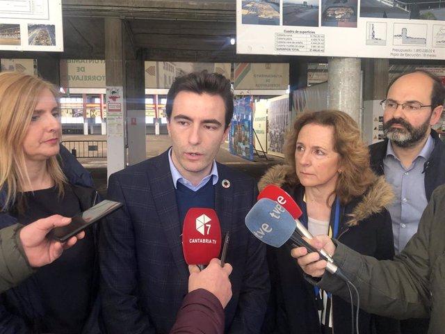 Pedro Casares con Isabel Fernández y Noelia Cobo en el MNG de Torrelavega
