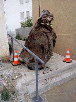Aguas de Lorca retira un colchón que obstruía la red de aguas pluviales