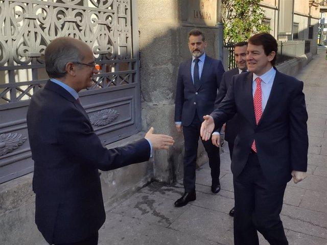 El presidente de la Diputación de Salamanca, Javier Iglesias (i), recibe a Fernández Mañueco (d) en La Salina.