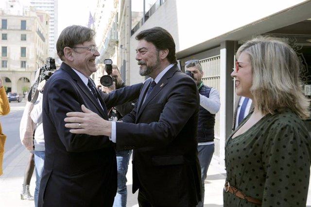 Puig y Barcala se saludan a las puertas del Ayuntamiento de Alicante ante Maria del Carmen Sánchez.