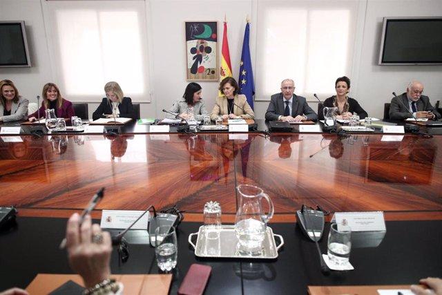 La vicepresidenta primera y ministra de la Presidencia, Relaciones con las Cortes y Memoria Democrática, Carmen Calvo (5i) y la Ministra de Política Territorial y Función Pública, Carolina Darias (4i), durante la reunión de coordinación con delegados y de