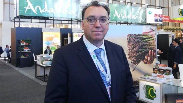 El consejero delegado de Extenda, Arturo Bernal, en Fruit Logistica en Berlín.