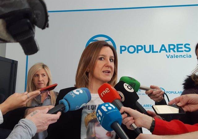 La portavoz del grupo municipal del PP en el Ayuntamiento de València, María José Catalá, atendiendo a los medios de comunicación.