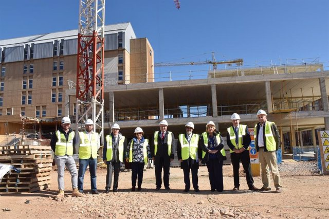 Mitadiel (C) y otras autoridades en la visita a la oras del complejo de Soria.