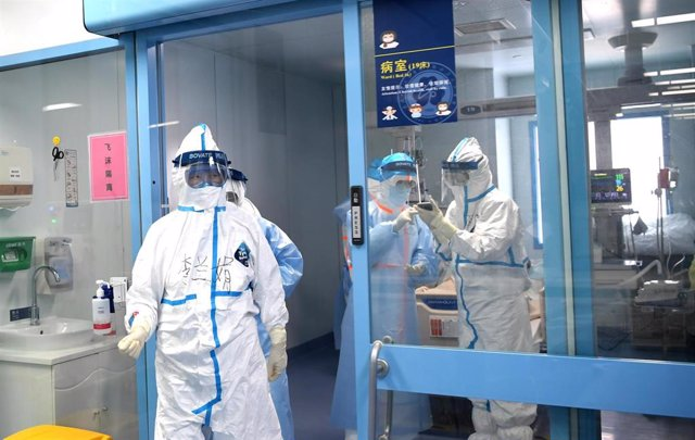 Doctores en un hospital de la ciudad china de Wuhan, epicentro del brote de nuevo coronavirus