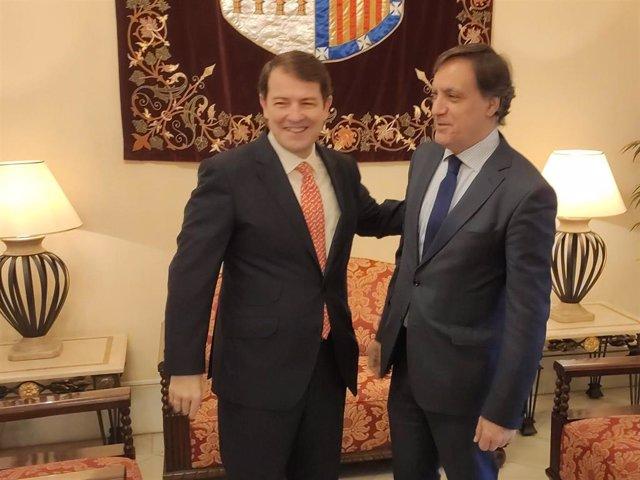 Fernández Mañueco (I) y García Garbajo (D) en el Ayuntamiento de Salamanca.