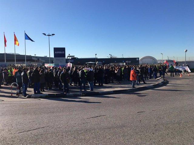 Concentración de trabajadores de Airbus en Getafe en protestar por los despidos