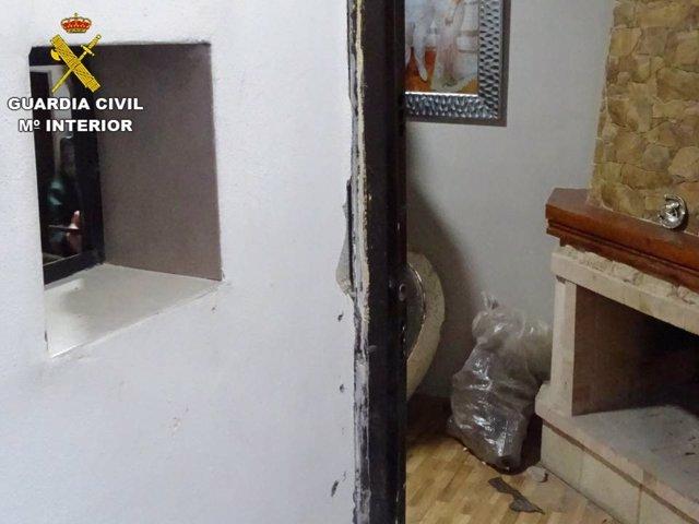 Pequeña ventana habilitada por los detenidos en su casa para dispensar droga.