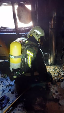 Extinción del incendio de una casa en Reinosa
