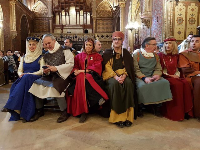 Autoridades participan en los actos de la recreación histórica de las Bodas de Isabel de Segura, en Teruel.