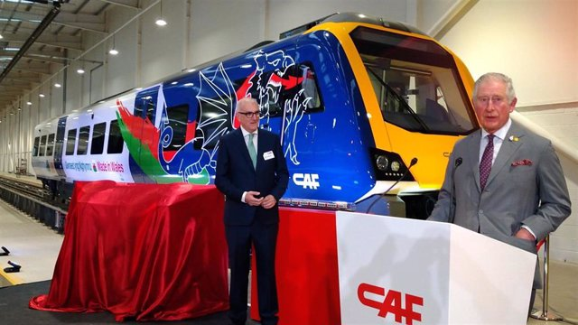 El Príncipe de Gales visita la fábrica de CAF en Gales