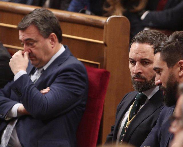 El portavoz del PNV en el Congreso, Aitor Esteban y el presidente de Vox, Santiago Abascal, en el Pleno del Congreso