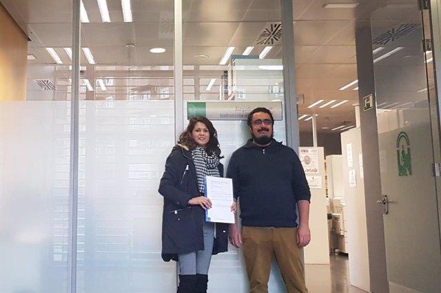 La coordinadora provincial de IU, María Jesús Amate, y el coordinador local en Almería, Enrique Ruiz, formalizan la personación en el Juzgado de Instrucción 5
