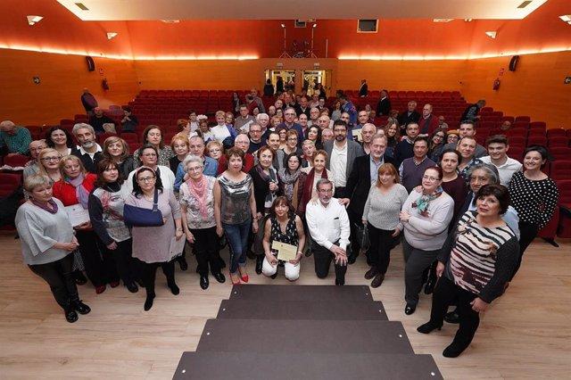 Foto de familia de participantes en las muestras de Teatro Vecinal y Cultura Tradicional.