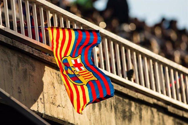 Una bandera con el escudo del FC Barcelona.