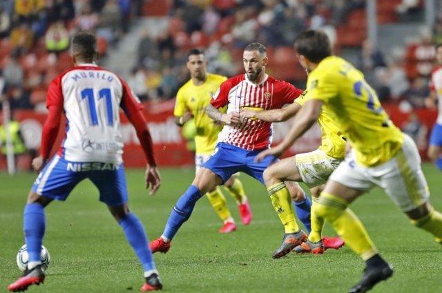 Un lance del partido entre el Real Sporting y el Cádiz CF.