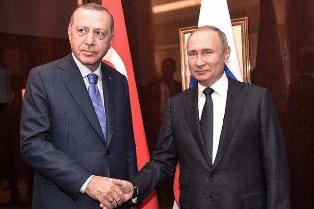 Los presidentes de Turquía y Rusia, Recep Tayyip Erdogan (i) y Vladimir Putin (d), respectivamente