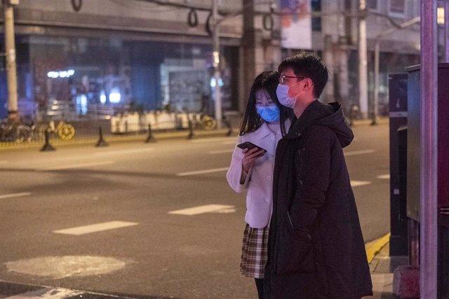 Imagen de una pareja con mascarillas en China en el marco del brote del nuevo coronavirus.
