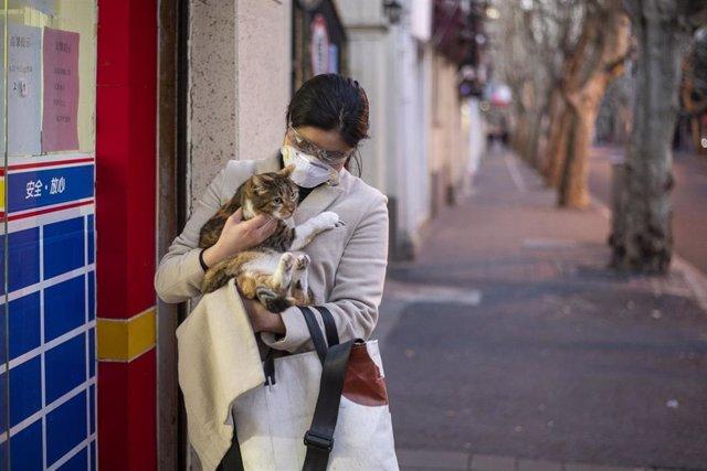 Imagen de una mujer con una mascarilla en Shanghái.