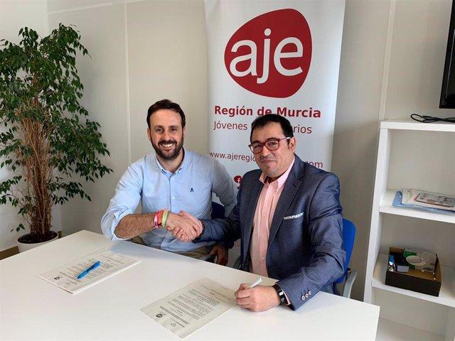 Firma del acuerdo entre los dirigentes de AJE Región de Murcia y Blockchain Murcia