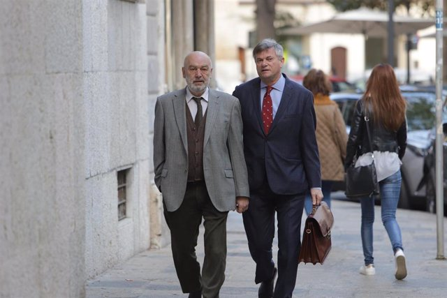 El juez que instruía el 'caso Cursach', Miguel Florit (1i), en su llegada a los juzgados para declarar por la incautación y el rastreo de móviles de periodistas que cubrían la macrocausa de corrupción policial