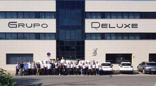 Imagen de la plantilla del Grupo Deluxe a las puertas de sus oficinas en Granada