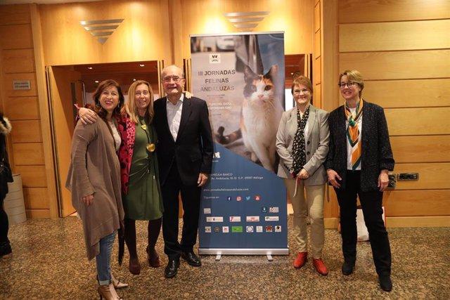 El alcalde, Francisco de la Torre, y la concejal delegada de Sostenibilidad Medioambiental, Gemma del Corral, asisten a las III Jornadas Felinas Andaluzas.