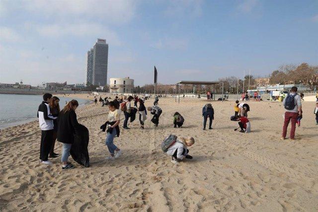 El Ayuntamiento de Barcelona y entidades ecologistas organizan una recogida de residuos en el litoral de Barcelona