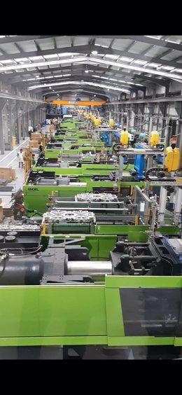 Imagen de una parte de la fábrica de la empresa valenciana Erum en Tánger (Marruecos) que fabrica cerca de dos millones de perchas al año