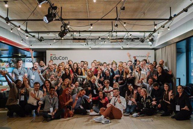 Medio centenar de 'youtubers' dedicados a la divulgación y procedentes de diferentes países, entre ellos varios españoles, en la foto de familia de EduCon, evento celebrado en el Youtube Space de Londres.