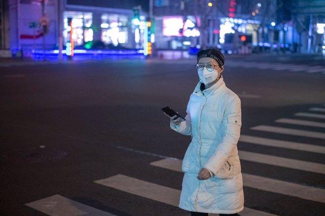 Imatge d'una dona amb una mascareta a Xangai.