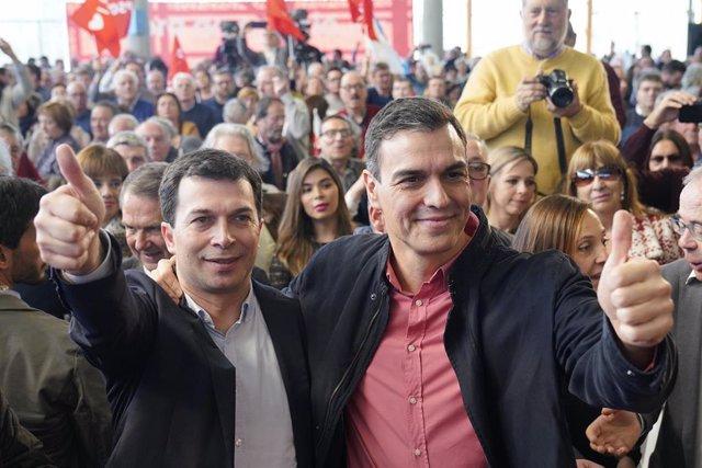 (I-D) El candidato del Partido Socialista Gallego a la Xunta de Galicia, Gonzalo Caballero, junto al presidente del Gobierno, Pedro Sánchez, durante el acto de presentación de la candidatura, en Santiago de Compostela a 23 de febrero de 2020.