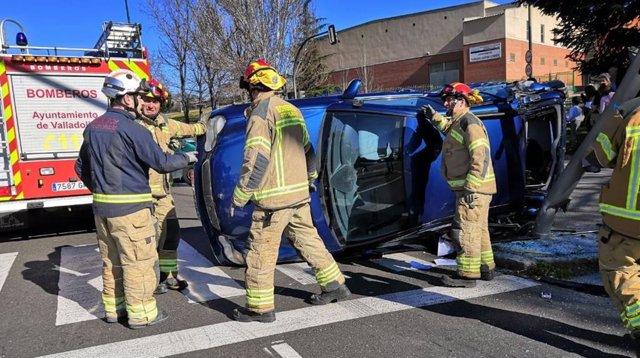 Los bomberos, próximos a uno de los coches implicados.