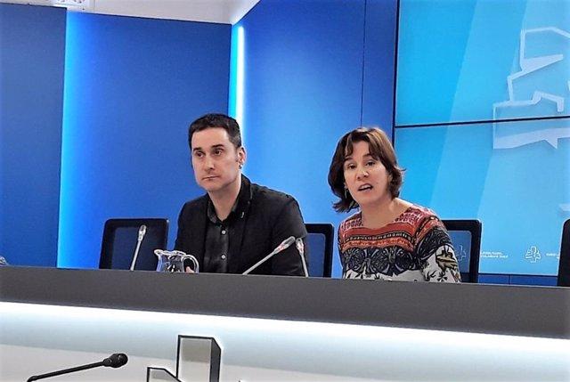 Iker Casanova y Leire Pinedo, de EH Bildu, en rueda de prensa.
