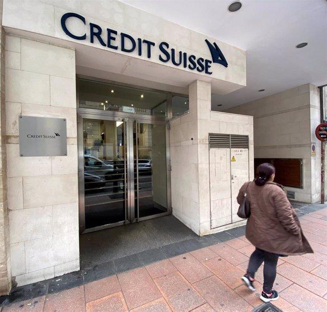 Una mujer pasa junto a la entrada de la sede de Credit Suisse en Madrid (España), a 29 de enero de 2020.