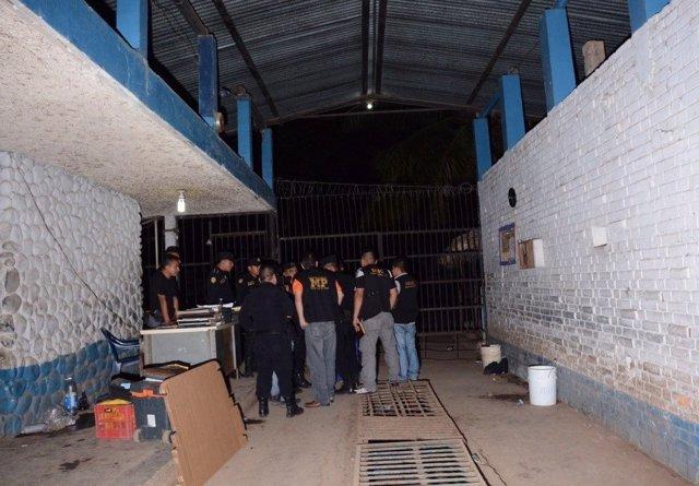 Agentes y miembros del Ministerio Público en una cárcel de Guatemala.