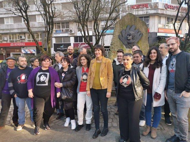 La portavoz nacional del BNG, Ana Pontón, y un grupo de militantes posan frente al busto de Rosalía de Castro en Praza de Vigo, en Santiago, por el 183 aniversario de su nacimiento.