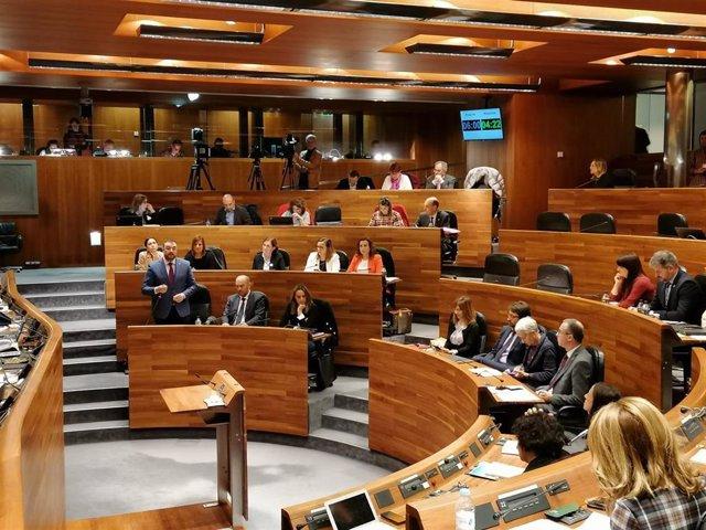 Adrián Barbón interviene en el Pleno de la Junta para responder  a los grupos de la oposición.