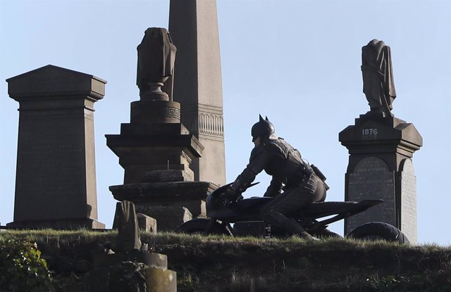dpatop - 22 February 2020, Scotland, Glasgow: A man dressed as Batman rides a Bat motorcycle during the new Batman Movie filming at the Glasgow Necropolis cemetery. Photo: Andrew Milligan/PA Wire/dpa