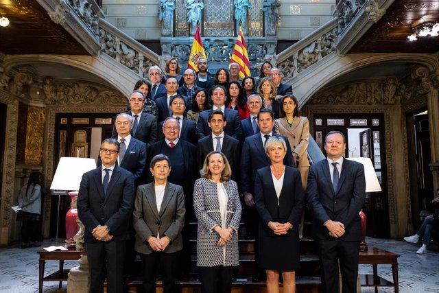 Foto de familia de la vicepresidenta tercera del Gobierno, Nadia Calviño (3i) junto a miembros de empresas digitales, después de reunirse con motivo del Tech Spirit en la Delegación del Gobierno, en Barcelona (España), a 24 de febrero de 2020.