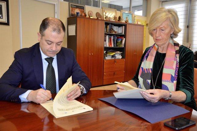 La consejera de Educación, Marina Lombó, y el rector de la Uneatlantico, Rubén Calderón firman el convenio de colaboración para prácticas de alumnos de Grado en Educación y Master de Formación del Profesorado