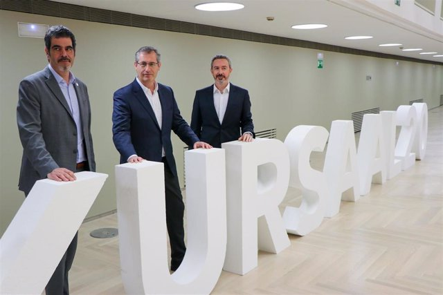 El alcalde de San Sebastián, Eneko Goia, el diputado general de Gipuzkoa, Markel Olano, y el gerente del Kursaal, Iker Goikoetxea