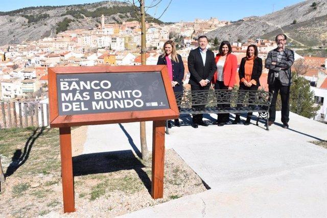 """Instalación del """"segundo banco más bonito del mundo"""", en el Museo Paleontológico de Cuenca."""