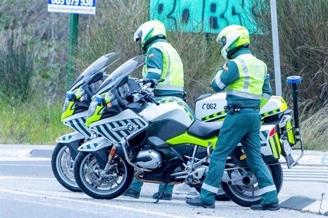 Dos agentes de la Guardia Civil de Tráfico, en el Km 0,100 de la carretera M-511, intersección con la carretera M-502 durante la campaña especial de vigilancia y control de las condiciones del vehículo presentada por  la Dirección General de Tráfico (DG