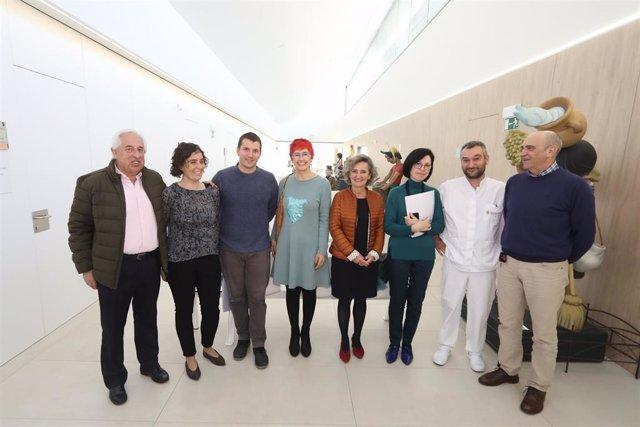 La consejera de Salud, Santos Indurain, en el centro de la imagen, con el alcalde de Santesteban y personal del centro de salud.