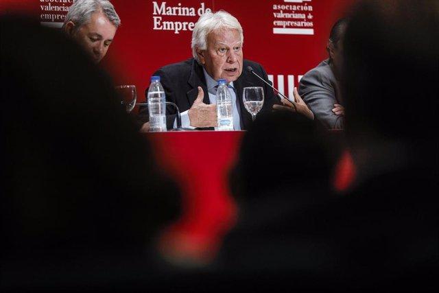 El exvicepresidente del Gobierno, Felipe González clausura la conferencia de la Asamblea General de la Asociación Valenciana de Empresarios (AVE) en el Auditorio Paco Pons EDEM, en la Marina de Valencia (España), a 24 de febrero de 2020.