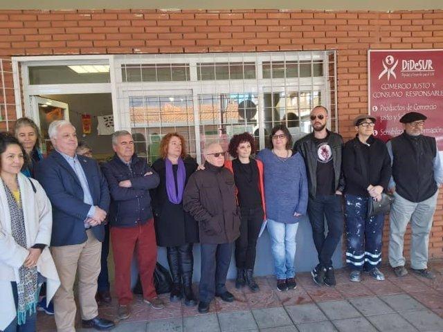 Integrantes de la ONG DiDeSUR de Azuqueca de Henares en la puerta de su sede