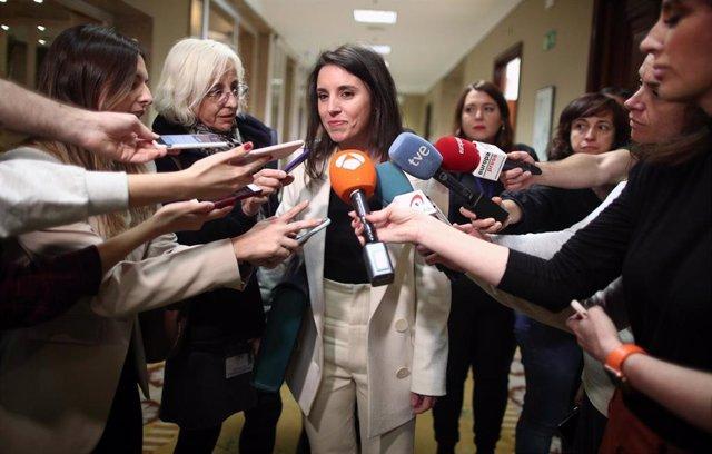 La ministra de Igualdad, Irene Montero, atiende a los medios tras la reunión de Comisión de Igualdad en el Congreso de los Diputados en Madrid, a 24 de febrero de 2020.
